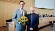 Oberbürgermeister Fritz Kuhn gratuliert Fabian Maier zur gewonnen Wahl.